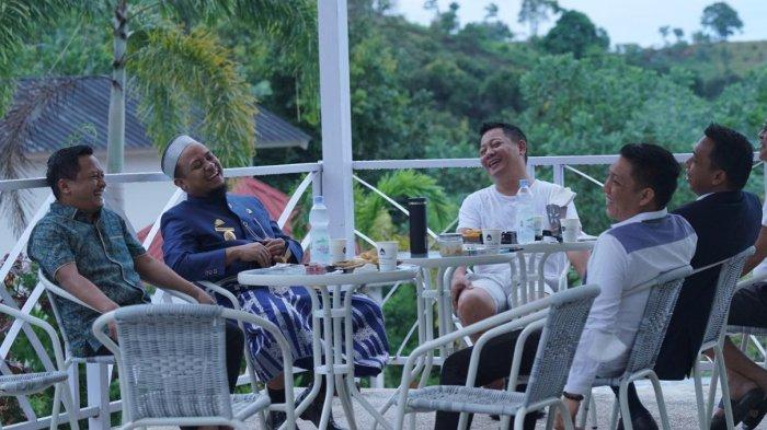 Plt Gubernur Sulawesi Selatan Andi Sudirman Sulaiman tampak mesra bareng Ketua DPW Partai Nasdem Sulsel Rusdi Masse Mappasessu di Kota Palopo, Jumat (272021) sore. (Foto Nasdem Sulsel)