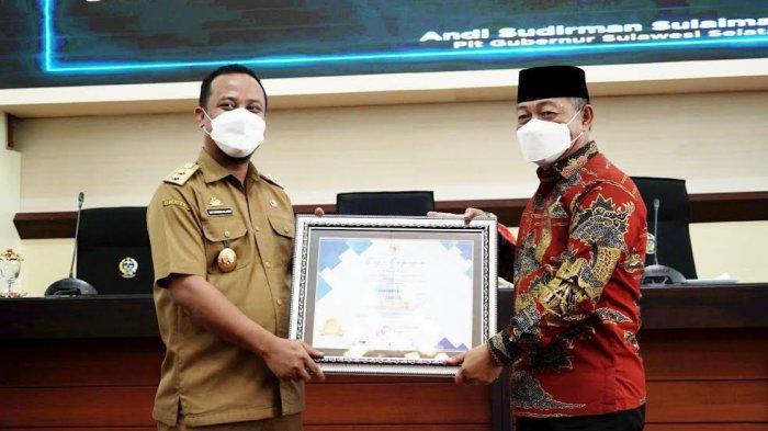 FOTO; Pemkab Gowa Raih Penghargaan Top 30 Inovasi Pelayanan Publik Tingkat Sulsel - andi-sudirman-sulaiman-memberikan-penghargaan-sahabat-lapor-sebagai-top-30-inovasi.jpg