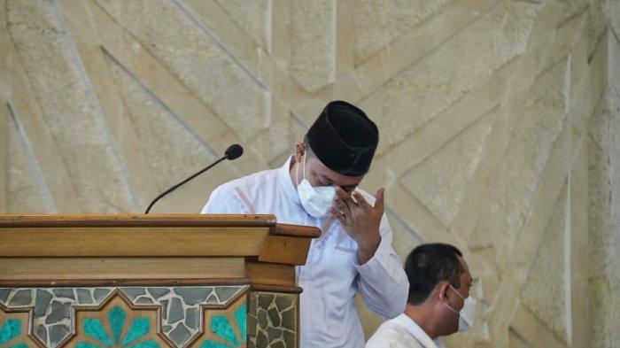 Plt Gubernur Sulsel Meneteskan Air Mata Saat Pelepasan Jenazah AGH Sanusi Baco