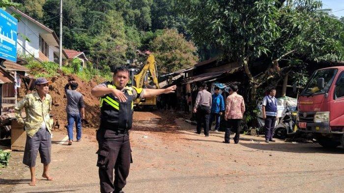 Jalanan ke Lolai Toraja Tertimbun Longsor, Gardu dan Kios Warga Rusak