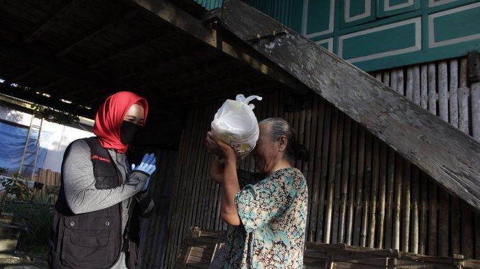 Anggota Dewan Perwakilan Rakyat Daerah Sulawesi Selatan (DPRD Sulsel) Andi Nirawati (Anir) menyarahkan paket sembako kepada satu di antaranya puluhan ribu warga Pangkep yang berhak menerima bantuan tersebut belum lama ini.