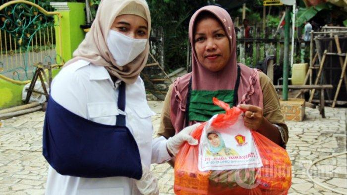 FOTO: Andi Nirawati Bagikan Sembako di Ma'rang Pangkep - anggota-dprd-sulsel76.jpg