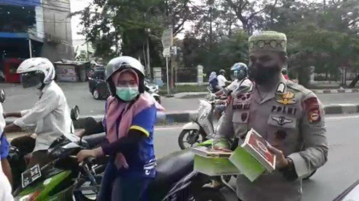 anggota kepolisian dari Satuan Brimob Polda Sulsel Bripka Akbar Ali rutin berbagi Al Quran dan makanan kepada kaum Dhuafa