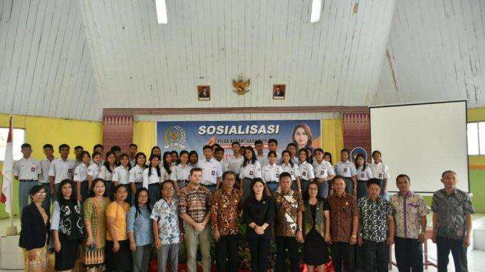 Anggota MPR RI Bagikan Buku dan Cokelat Bagi Siswa SMKN 1 Tana Toraja