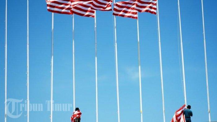 FOTO-FOTO:  TNI AL Turunkan Bendera di Pantai Losari - anggota-tni-menurunkan-bendera-di-pantai-losari-3.jpg