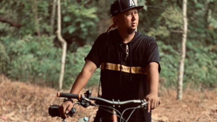 TRIBUNWIKI: Kecelakaan Saat Bersepeda Hingga Alami Patah Tulang, Ini Profil Anggy Umbara