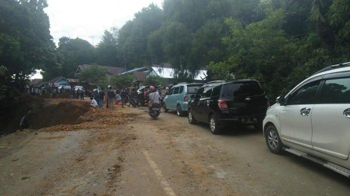 Setelah Longsor, Antrian Panjang Kendaraan Terjadi di Jalan Poros Malili - Sorowako
