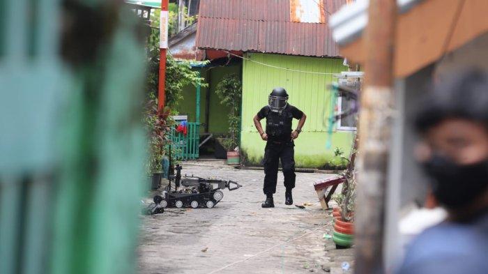 FOTO; Penggeledahan Rumah Terduga Bom Bunuh Diri Gereja Katedral Makassar - aparat-brimob-melakukan-penggeledahan-rumah-tersangka-bom-bunuh-diri-di-jl-tinumbu-1.jpg