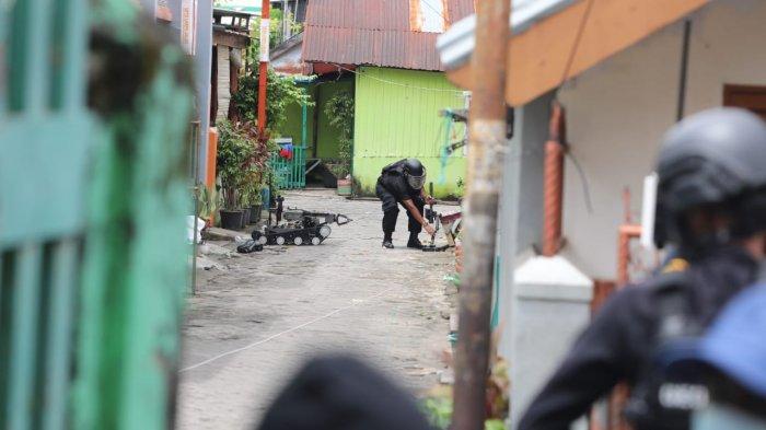 FOTO; Penggeledahan Rumah Terduga Bom Bunuh Diri Gereja Katedral Makassar - aparat-brimob-melakukan-penggeledahan-rumah-tersangka-bom-bunuh-diri-di-jl-tinumbu-3.jpg