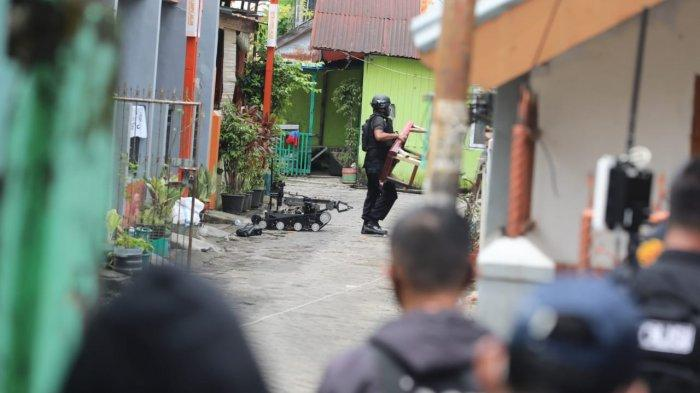 FOTO; Penggeledahan Rumah Terduga Bom Bunuh Diri Gereja Katedral Makassar - aparat-brimob-melakukan-penggeledahan-rumah-tersangka-bom-bunuh-diri-di-jl-tinumbu-4.jpg