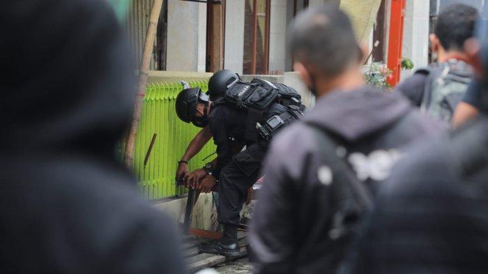 FOTO; Penggeledahan Rumah Terduga Bom Bunuh Diri Gereja Katedral Makassar - aparat-brimob-melakukan-penggeledahan-rumah-tersangka-bom-bunuh-diri-di-jl-tinumbu-5.jpg