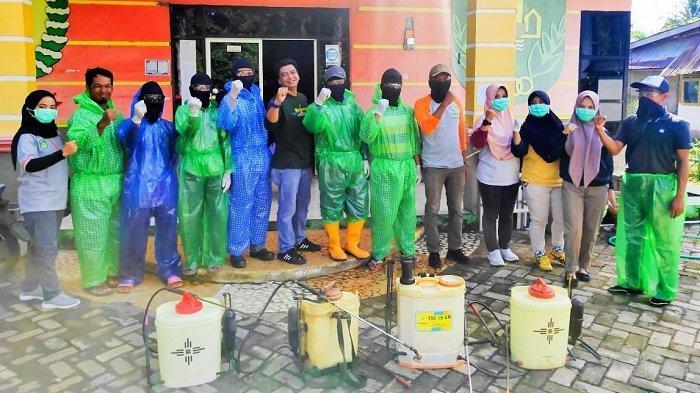 Pemdes Ussu Semprot Disinfektan di Wilayahnya