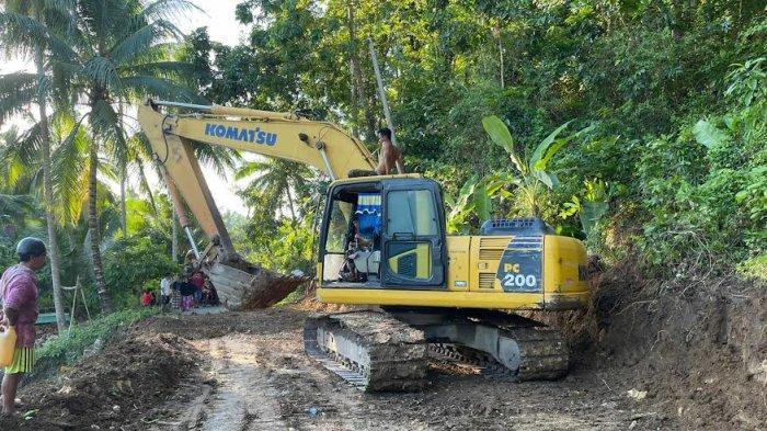 Jalanan Nyaris Putus, Asosiasi Pengusaha Alat Berat Bulukumba Perbaiki Jalan Herlang - Bontotiro