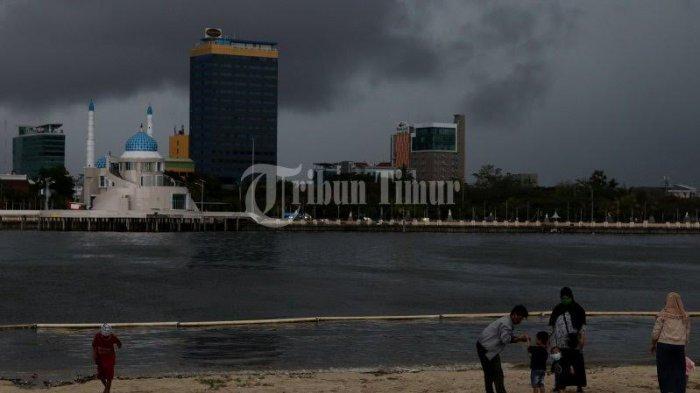 Awan gelap menyelimuti Kota Makassar yang terekam dari pantai losari dan kawasan CPI, Makassar, Jumat (23/10/2020).