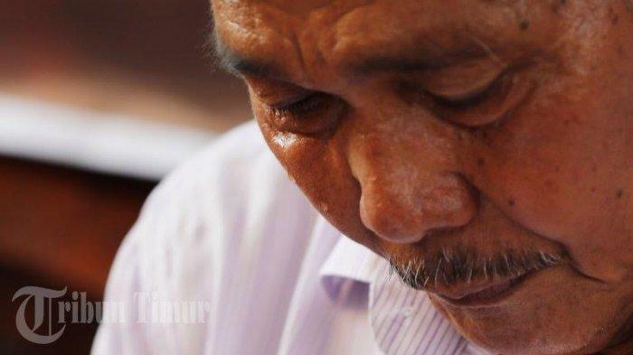 FOTO: Ayah dan Istri Rahmat 'Narkoba' Menangis saat Jumpa Pers