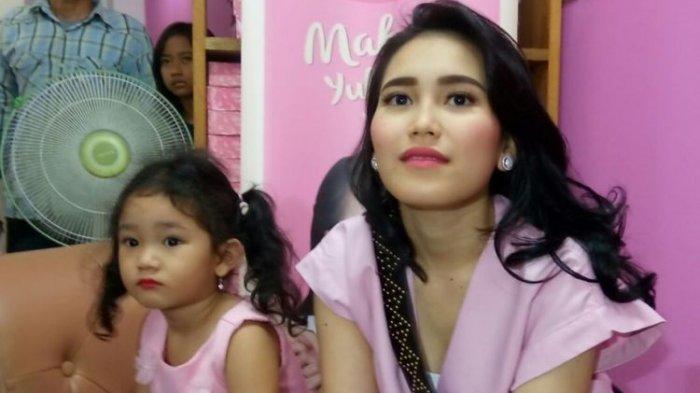 Artis Ayu Ting Ting dan putrinya, Bilqis Khumairan Rozak.