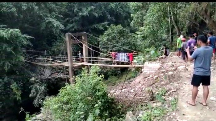 Sakit, Warga Desa Kariango Pinrang Ditandu Lewat Jembatan Bambu