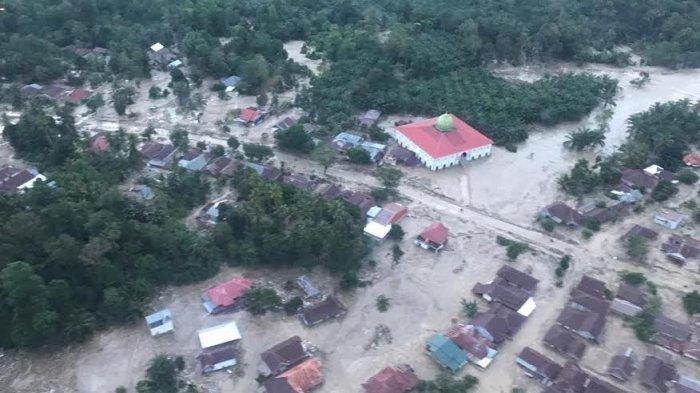 Tembus Medan Berat, Relawan FTI UMI Distribusikan Bantuan Kepada Korban Banjir Bandang Masamba Lutra