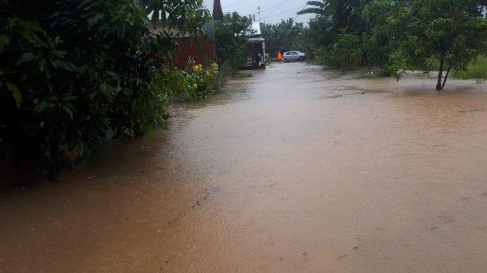 Banjir melanda perumahan Bina Sarana I (BSR I) Dusun Ballapati, Desa Moncongloe Lappara, Kecamatan Moncongloe, Maros, akibat diguyur hujan.