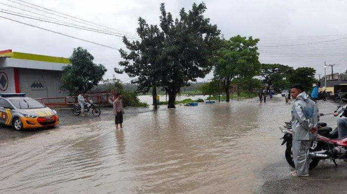Air Sawah Meluap, Jalan Poros Pallengu Jeneponto Terendam Banjir