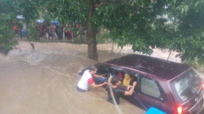 BREAKING NEWS: Banjir di Kecamatan Rumbia Jeneponto, 1 Unit Mobil Terseret Arus