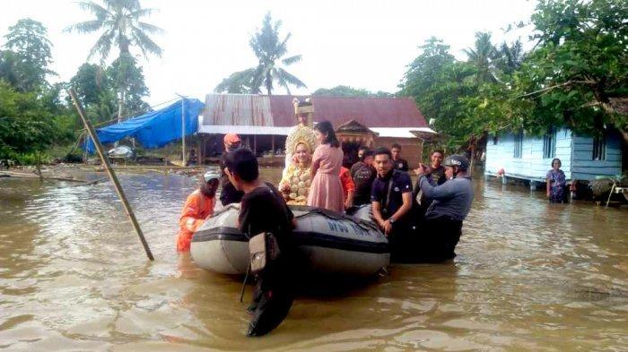 Terjebak Banjir, Pengantin di Palopo Dievakuasi Pakai Perahu