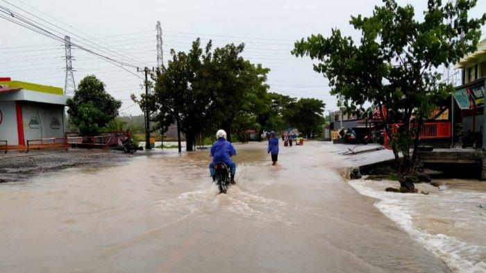 Jalan Raya Bangkala Jeneponto Banjir Setinggi 60 CM, Motor Harus Didorong, PLN Padamkan Listrik