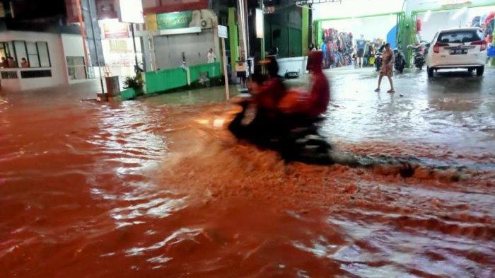 Hujan Deras, Banjir Setinggi Lutut di Jl Andi Djemma Palopo