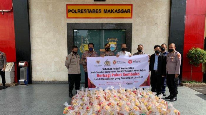 Bank Sampoerna dan KSP Sahabat Mitra Sejati Bagi 200 Paket Sembako di Makassar