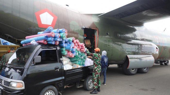 Sejumlah prajurit Paskhas melakukan loading atau penurunan bantuan dari dalam pesawat Hercules TNI Angkatan Udara yang tiba di Bandara Udara Tampa Padang, Kabupaten Mamuju, Sulawesi Barat, Rabu (2712021) siang. Diketahui pesawat Hercules ini sebelumnya mengambil sembako dari Jakarta dan malang lalu ke Mamuju. Bantuan berupa bahan makanan, tikar dan kebutuhan lainnya itu berasal dari tiga instansi. Mulai dari Komando Operasi I TNI Angkatan Udara (Koops I TNI AU), Universitas Muhammadiyah Jakarta dan Pia Adhya Garini. Bantuan ini Akan didistribusikan langsung ke korban bencana gempa yang mengguncang Sulawesi Barat, terjadi Jumat, dua pekan lalu. TRIBUN TIMURSANOVRA JR