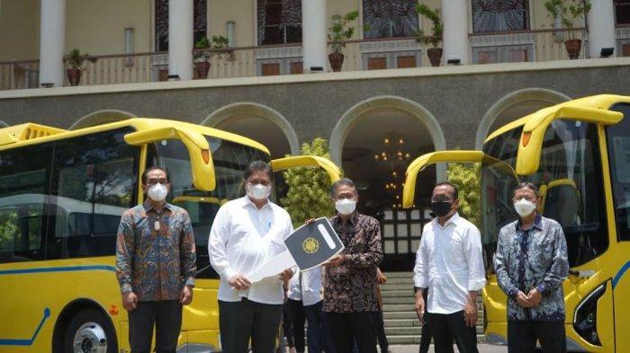 Airlangga Hartarto Serahkan Bantuan Bus Listrik dan Microbus untuk UGM