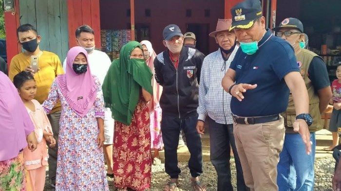 Kunjungi Korban Banjir, Bupati Luwu Serahkan Bantuan ke Warga