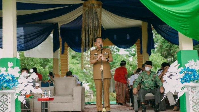 Hadiri Pesta Panen di Walenrang Timur, Bupati Luwu Serahkan Sertifikat Tanah 2.204 Persil