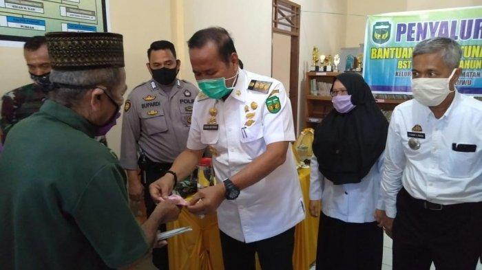 Bupati Luwu Serahkan BST Tahap II Kepada 180 KK di Kelurahan Senga