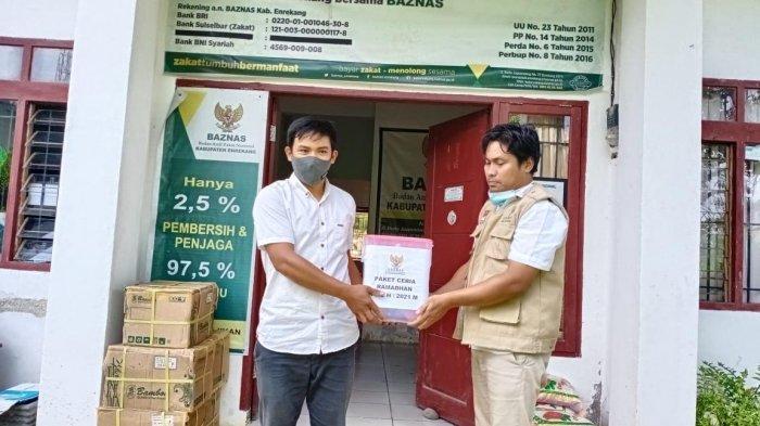 Jelang Lebaran, Baznas Enrekang Salurkan 150 Paket Ramadhan Bagi Penyapu Jalan dan Cleaning Servis