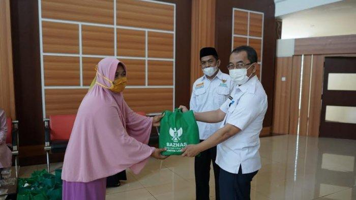 Baznas Bagikan 50 Parcel Ramadhan Ceria ke Petugas Kebersihan Kantor Bupati Luwu Timur
