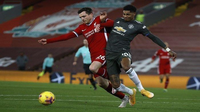 Bek Liverpool Skotlandia Andrew Robertson (kiri) bersaing dengan striker Inggris Manchester United Marcus Rashford selama pertandingan sepak bola Liga Utama Inggris antara Liverpool dan Manchester United di Anfield di Liverpool, Inggris barat laut pada 17 Januari 2021.