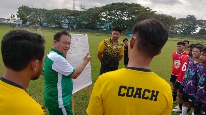 Bek PSM Abdul Rahman Ajari Pemain Pra Porprov Palopo Cara Rebut Bola