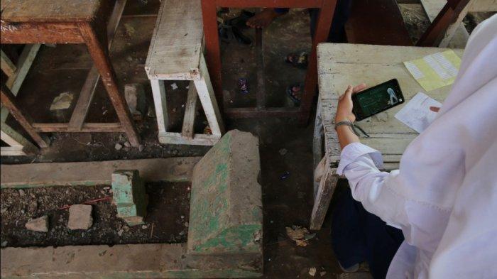 Siswa belajar online di area kuburan karenga keterbatasan kuota