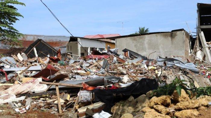 Siang Pengungsi Gempa Sulbar Pulang ke Rumah, Malam Kembali ke Tenda