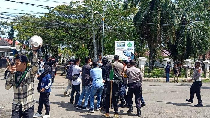 Demo Berujung Bentrok Aktivis HMI Vs Polisi di Mamuju Jadi Tontonan Warga Hingga Jalanan Macet