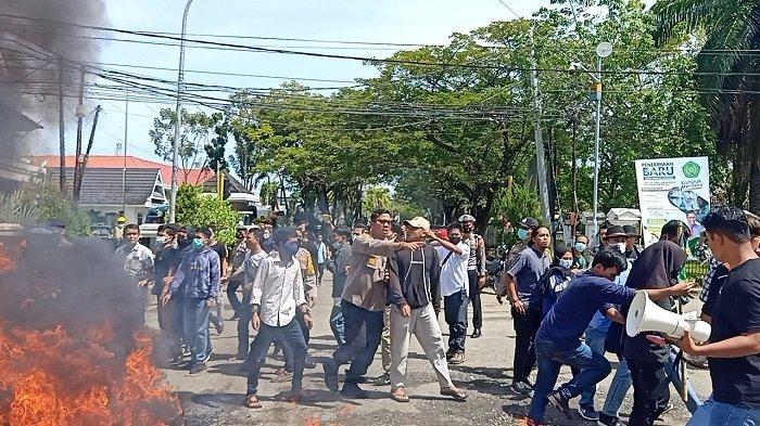 Kader HMI Mamuju dan aparat kepolisian Polresta Mamuju saling dorong di Jl Ahmad Kirang, Kelurahan Binanga, Mamuju, Sulawesi Barat, Jumat (9/4/2021). Demonstrasi ini dipicu setelah anggota HMI Polman jadi tersangka atas bentrokan di Kampus Unasman, Sabtu (22/2/2021).