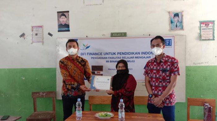 BFI Finance menyalurkan bantuan di Madrasah Ibtidaiyah Swasta (MIS) Binanga Mamuju, Provinsi Sulbar.