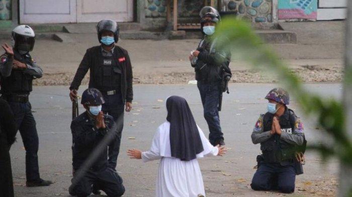 Lindungi Anak-anak di Myanmar, Biarawati Katolik Berlutut Depan Polisi: 'Tembak dan Bunuhlah Saya'