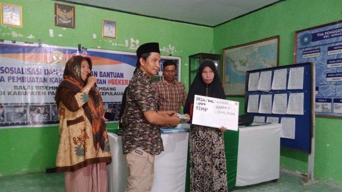 Tingkatkan Kesejahteraan, Warga Desa Kabba Pangkep Diberi Bantuan Bibit Ayam