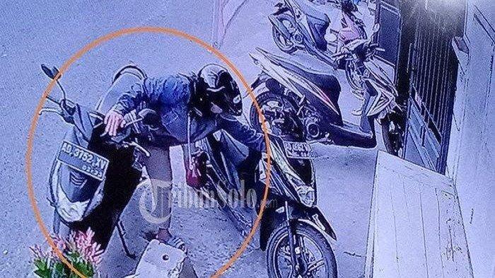 VIDEO: Wajah Cewek Naik Honda BeAT Terekam CCTV saat Maling HP, Begini Modusnya
