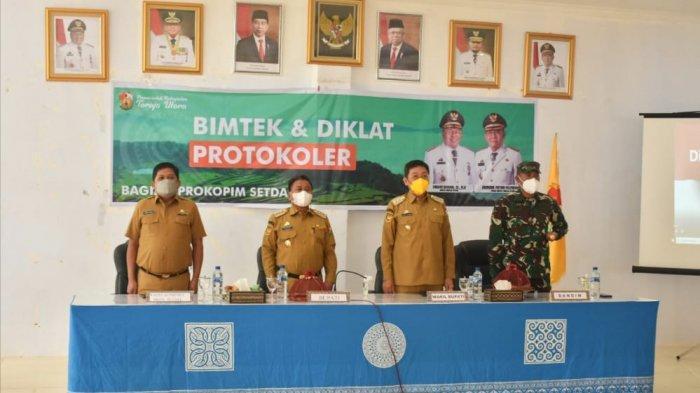 Amson Padolo Narasumber Bimtek Protokoler di Toraja Utara