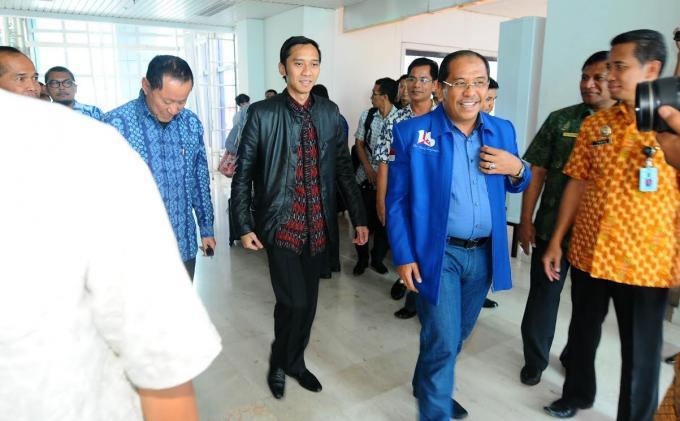 Ketua DPD Demokrat Sulsel, Ilham Arief Sirajuddin menjemput Sekjen DPP Demokrat, Edhie Baskoro Yudhoyono di bandara international sultan hasanuddin, Makassar, Sulsel, Sabtu (22/2/2014).