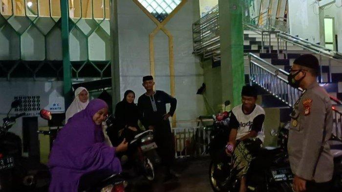 Pengamanan Shalat Tarawih, Binmas Polres Enrekang Tegur Pemuda Tak Pakai Masker