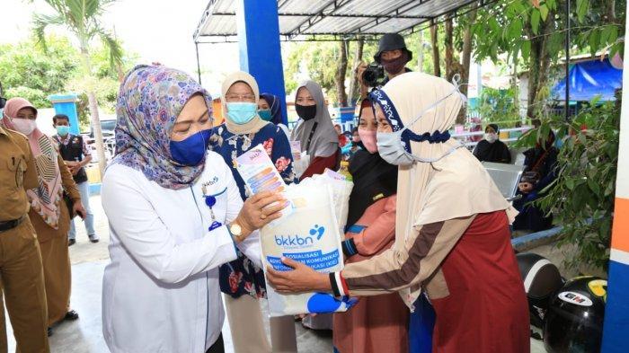 BKKBN Sulsel-Komisi IX DPR RI Bagikan 2.000 Paket Sembako di Barru